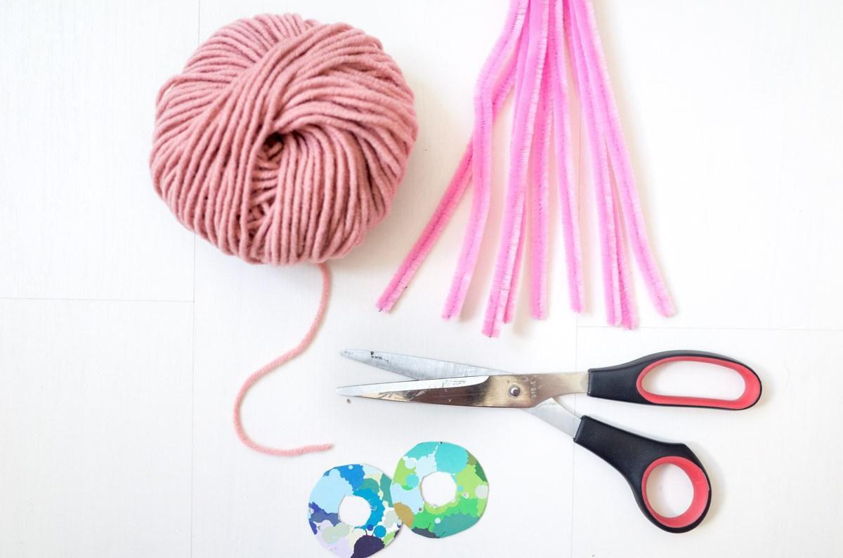 сделайсам декор креатив праздник оригинальнаяидея упаковкаподарка украшениедляподарков фламинго хендмейд своимируками помпон
