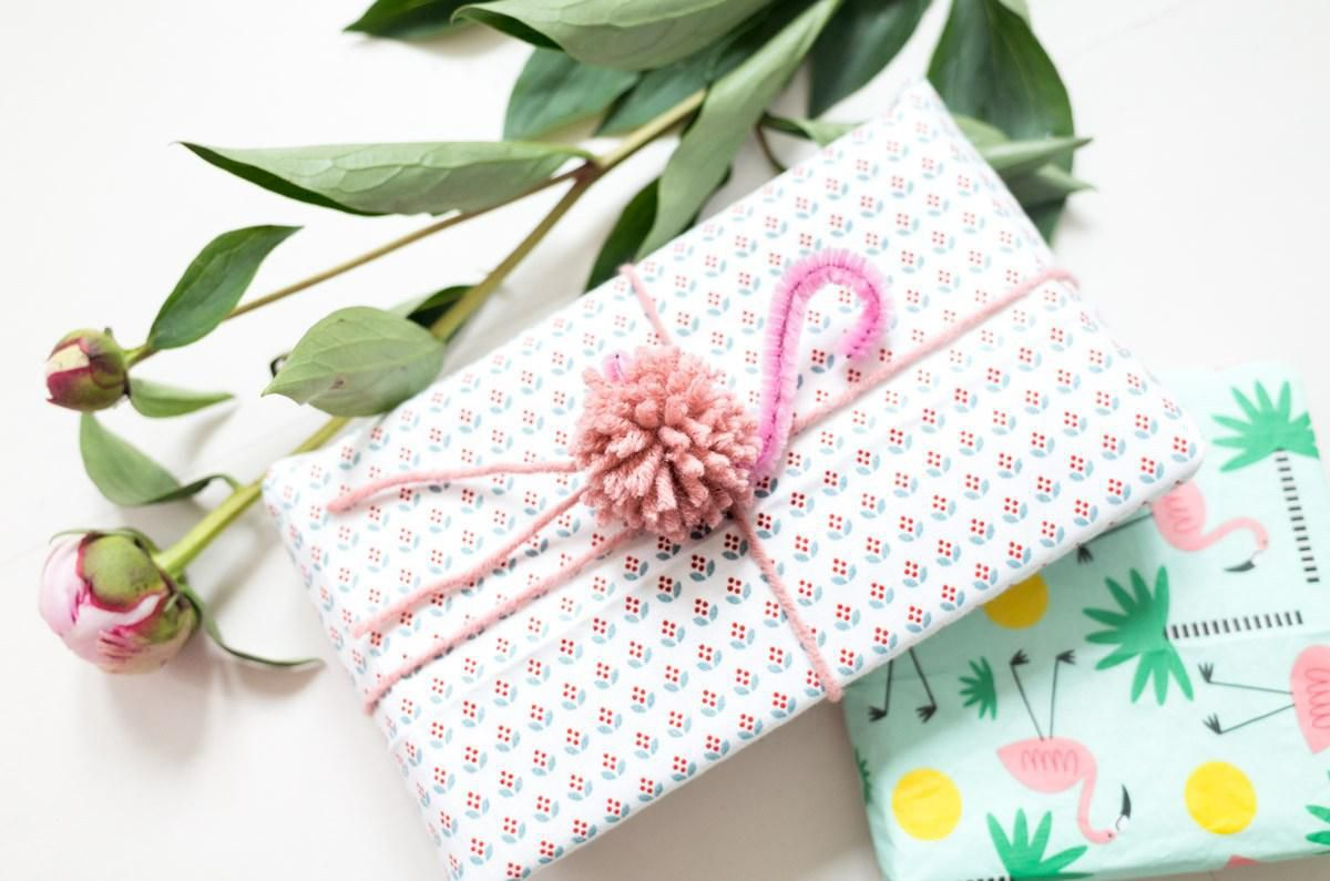 фламинго украшениедляподарков помпон упаковкаподарка оригинальнаяидея сделайсам декор праздник креатив своимируками хендмейд