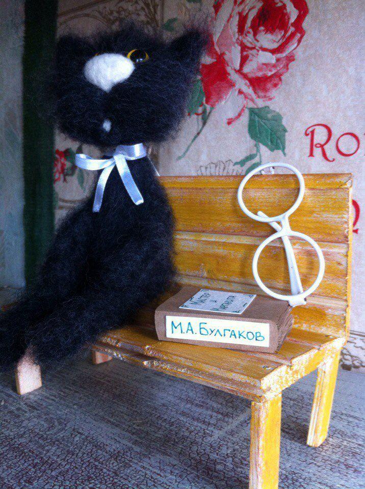 катеринаникитина питерскиекоты книга коты лавочка оригинальныйподарок кот handmade питер ручнаяработа сухоеваляние хендмейд шерсть очки подарок