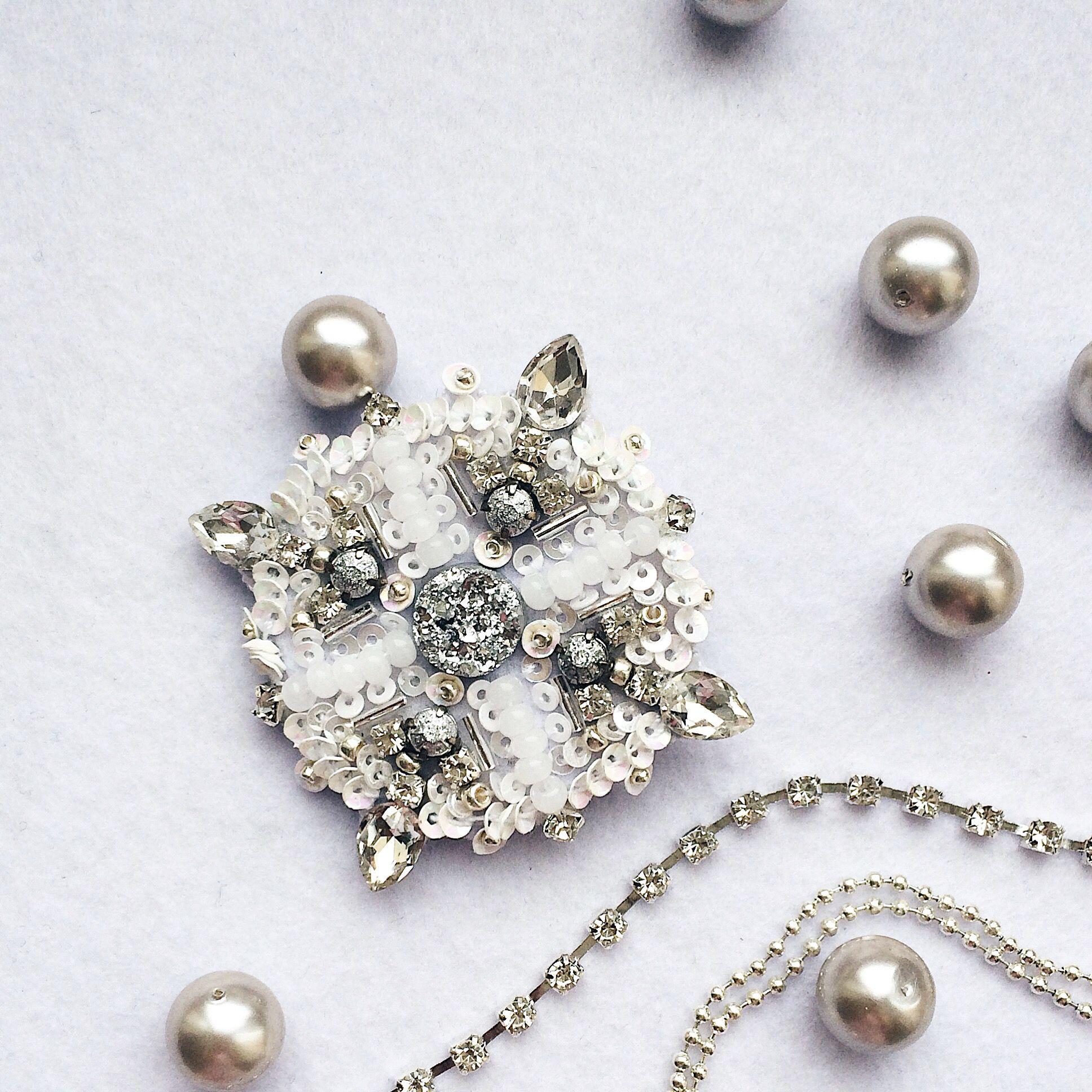 подарок девушке белый украшение брошь новый год плетение бисера
