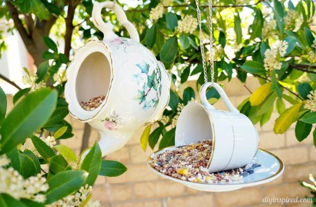 птиц из чашки для чайникадекор сада своими руками кормушка