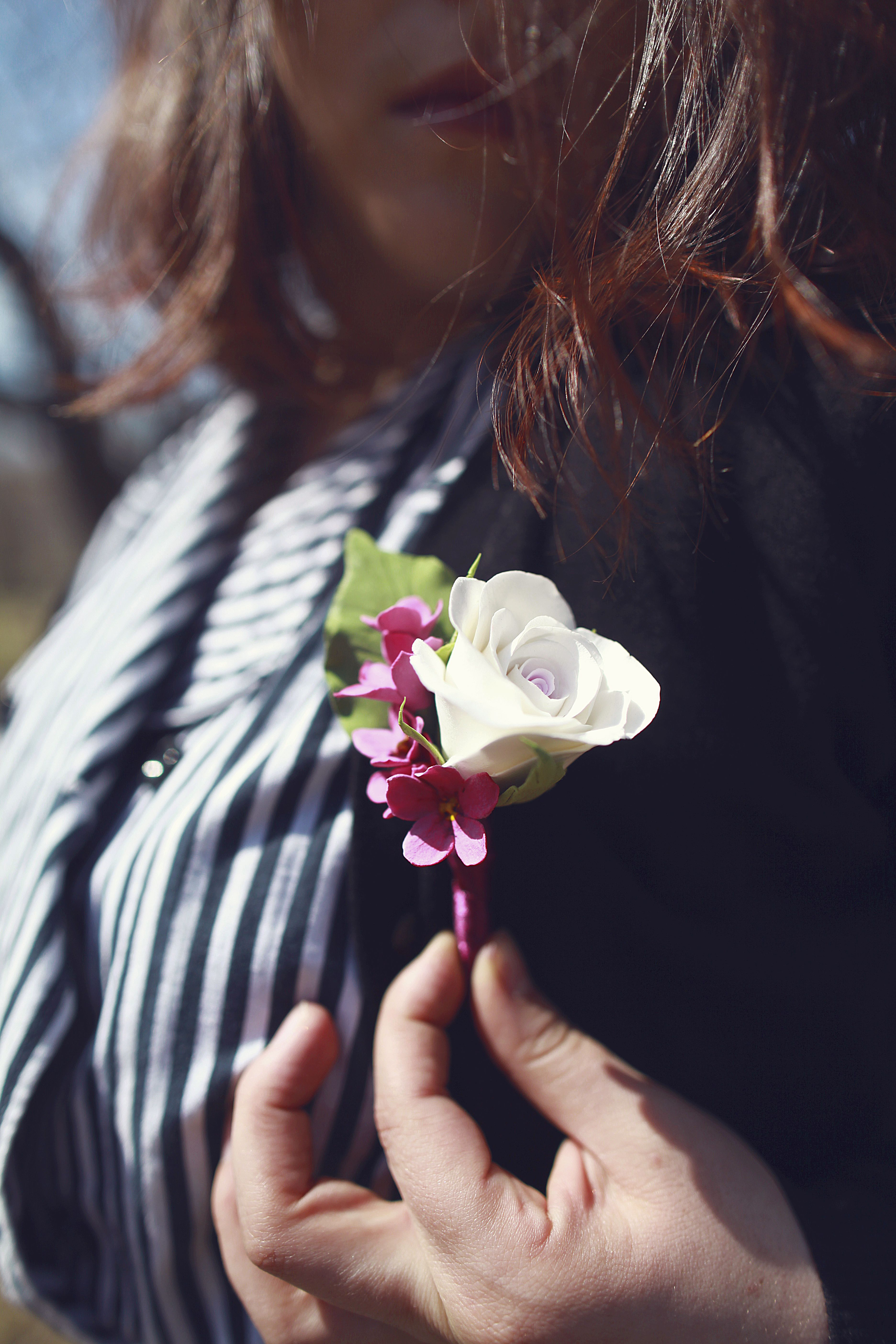 бутоньерка свадьба цветы роза дляжениха цветок белая