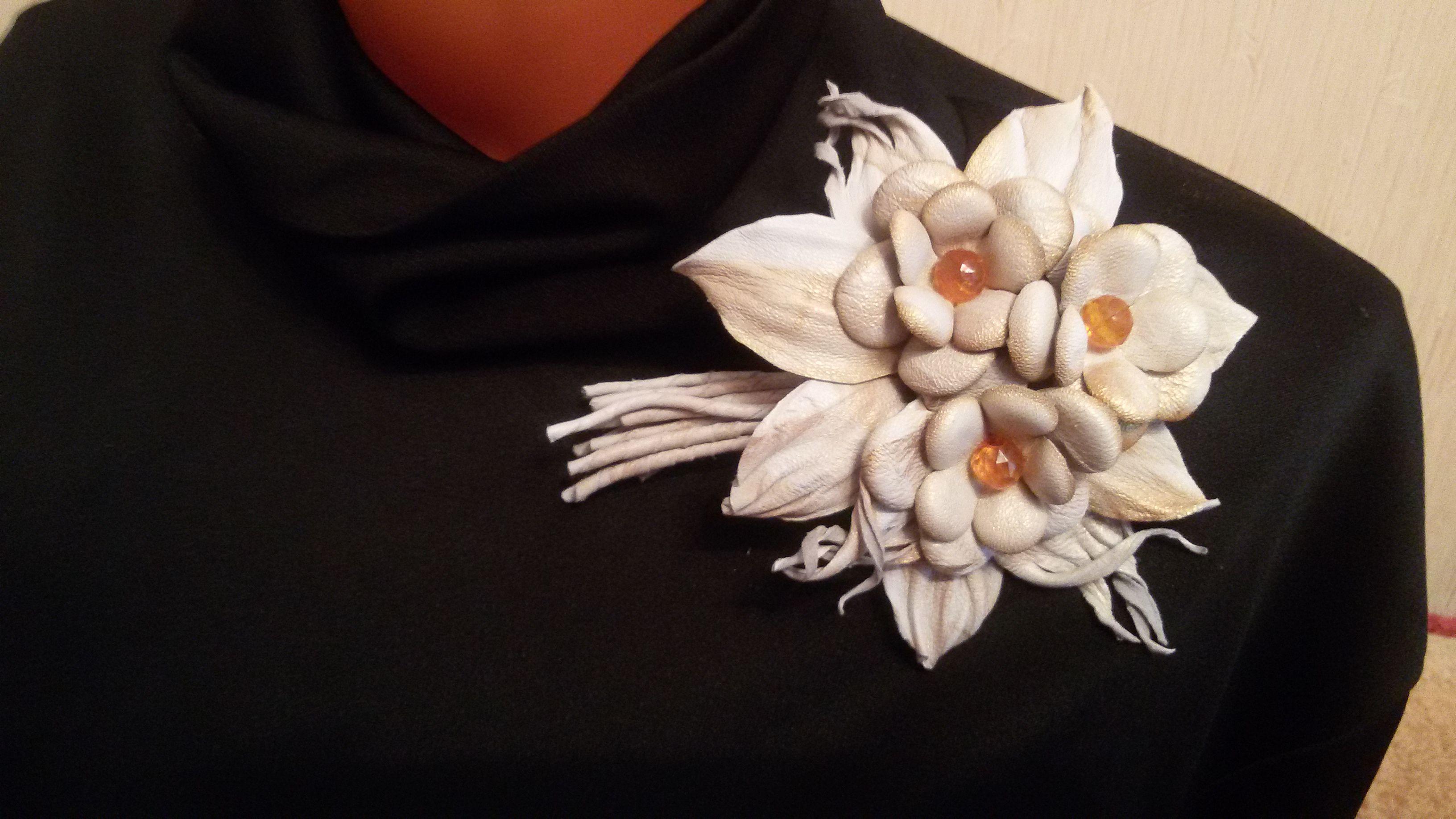 натуральной кожи брошь из цветок