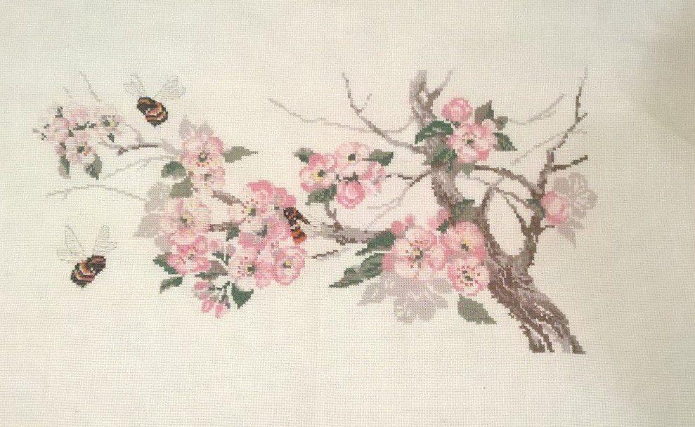 крестом пчела вышивка лето весна яблоня цветы