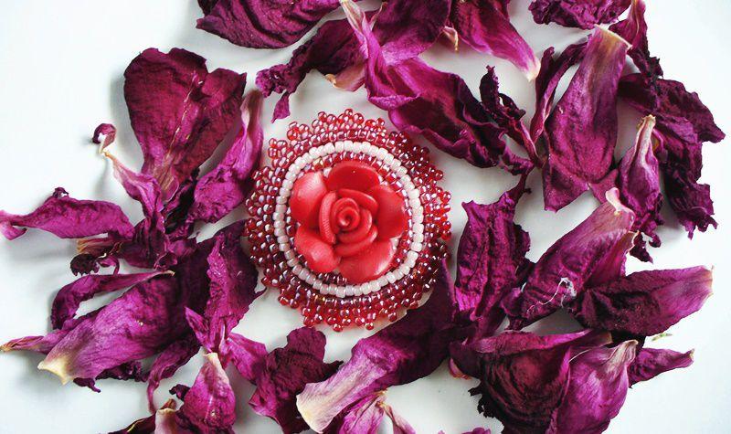 ручнаяработа кожа бисер розовый брошь вышивка красный handmade роза рукоделие лавкалисицы кабошон