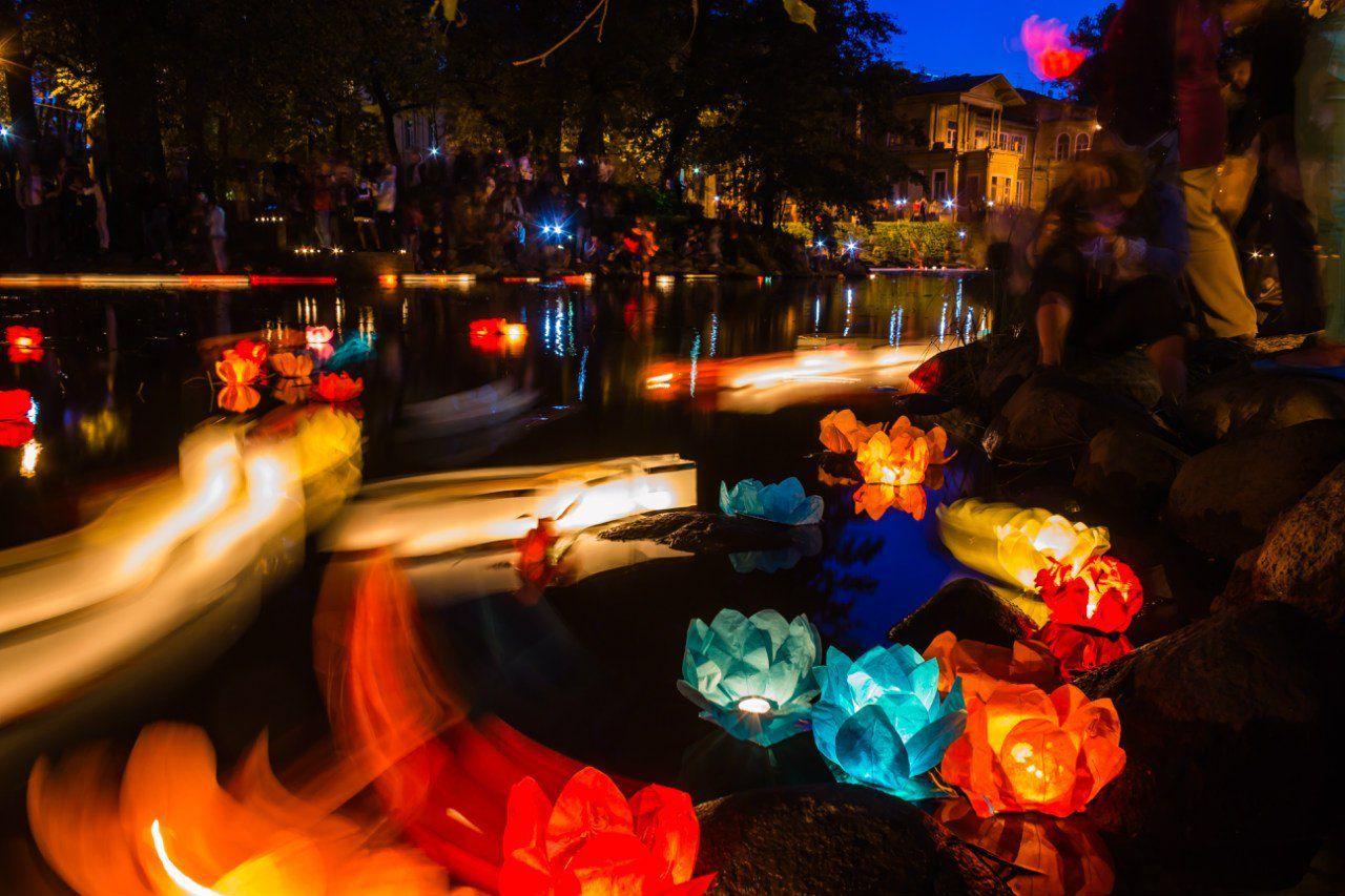 фестиваль огонь ночь фонарики вода