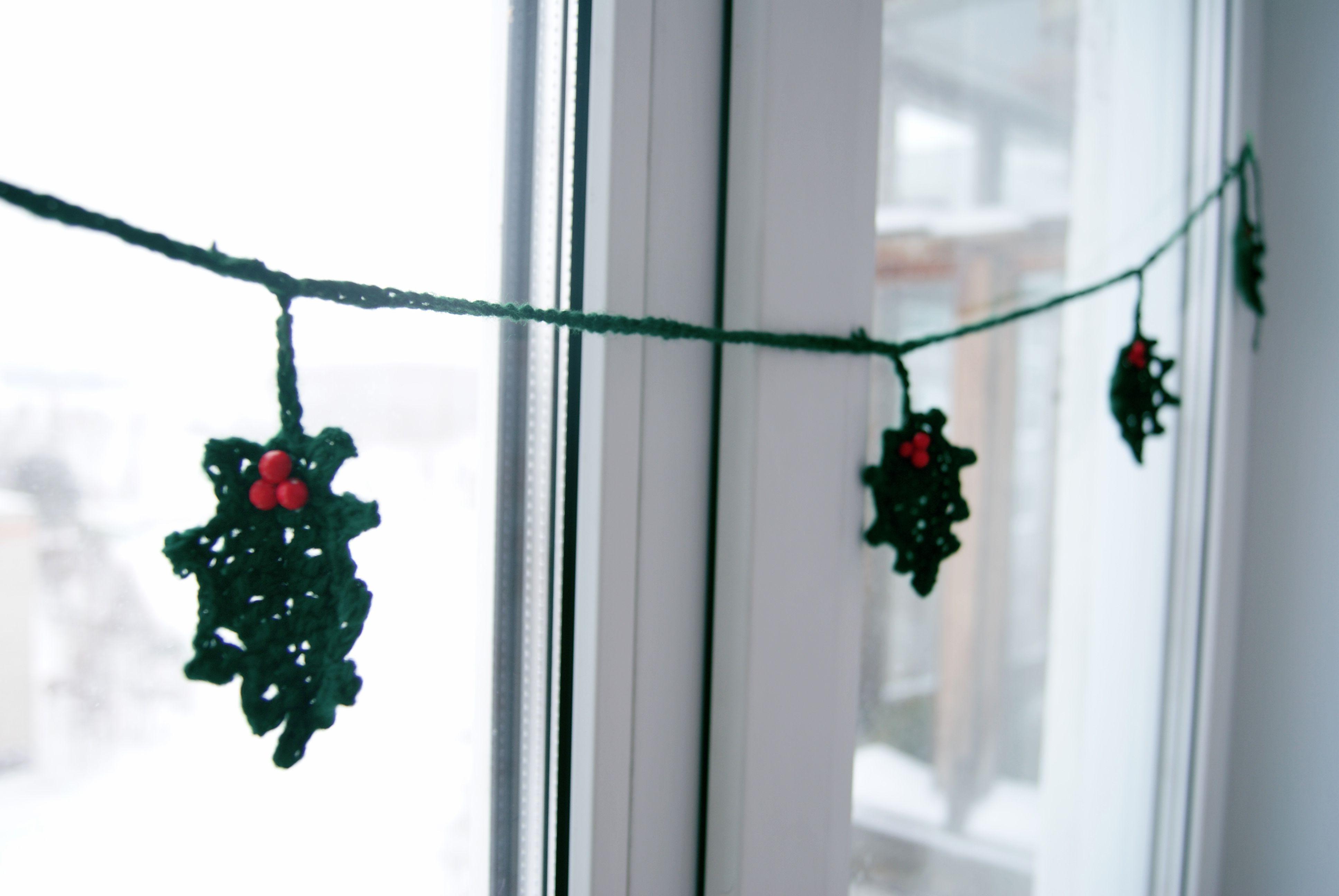 вяжутнетолькобабушки падуб вязаниеназаказ новогоднийдекор гирлянда зимнийдекор остролист вяжуназаказ декор вязание упаковка оформление новыйгод нг зима