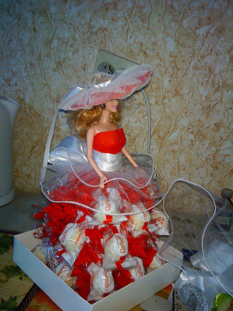 молодоженам конфетные свадебные подарки свадьба молодожены красивые букеты фужеры конфет