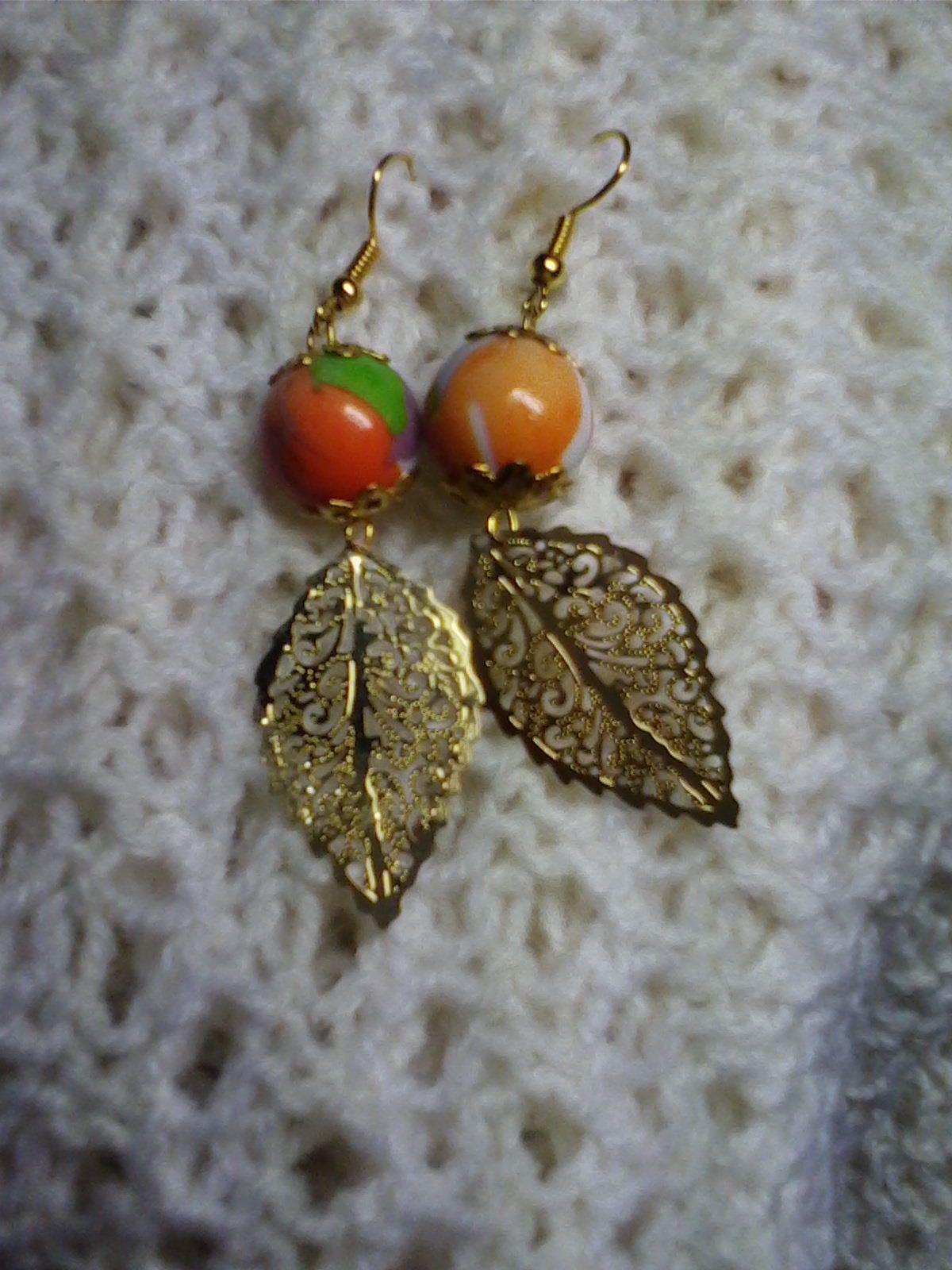 использованием золото. легкие качественной листочков очень резных золотого выполнены фурнитуры расписных из с металлических бусин цвета и серьги под изящные.