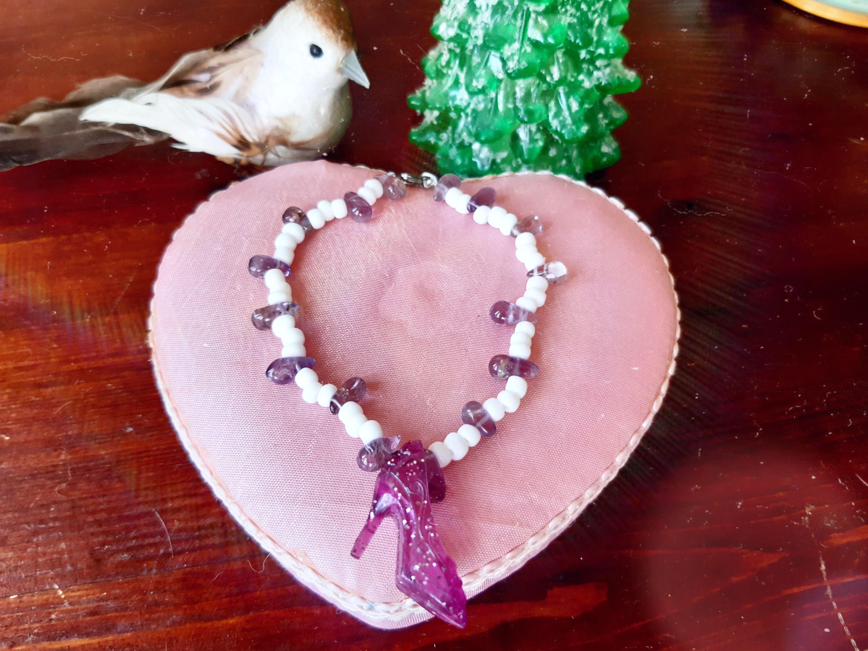 бисер браслет белый туфли туфелька женщине аметист фиолетовый сказка камень рука туфельки браслеты сюрприз праздник золушка камни украшения волшебство девушке камушки девочке подарок ночь бижутерия