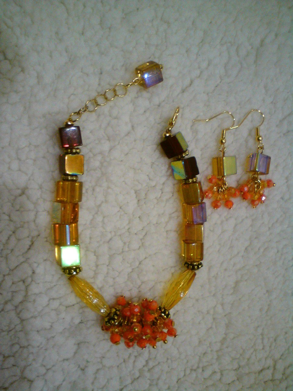 комплекта использованны браслета. комплекте овальной цвет янтарный. выполненны украшают круглой стеклянные бусины квадратной маленькие середину которые стеклянных чешские и бусин основной формы. серьги браслет в из