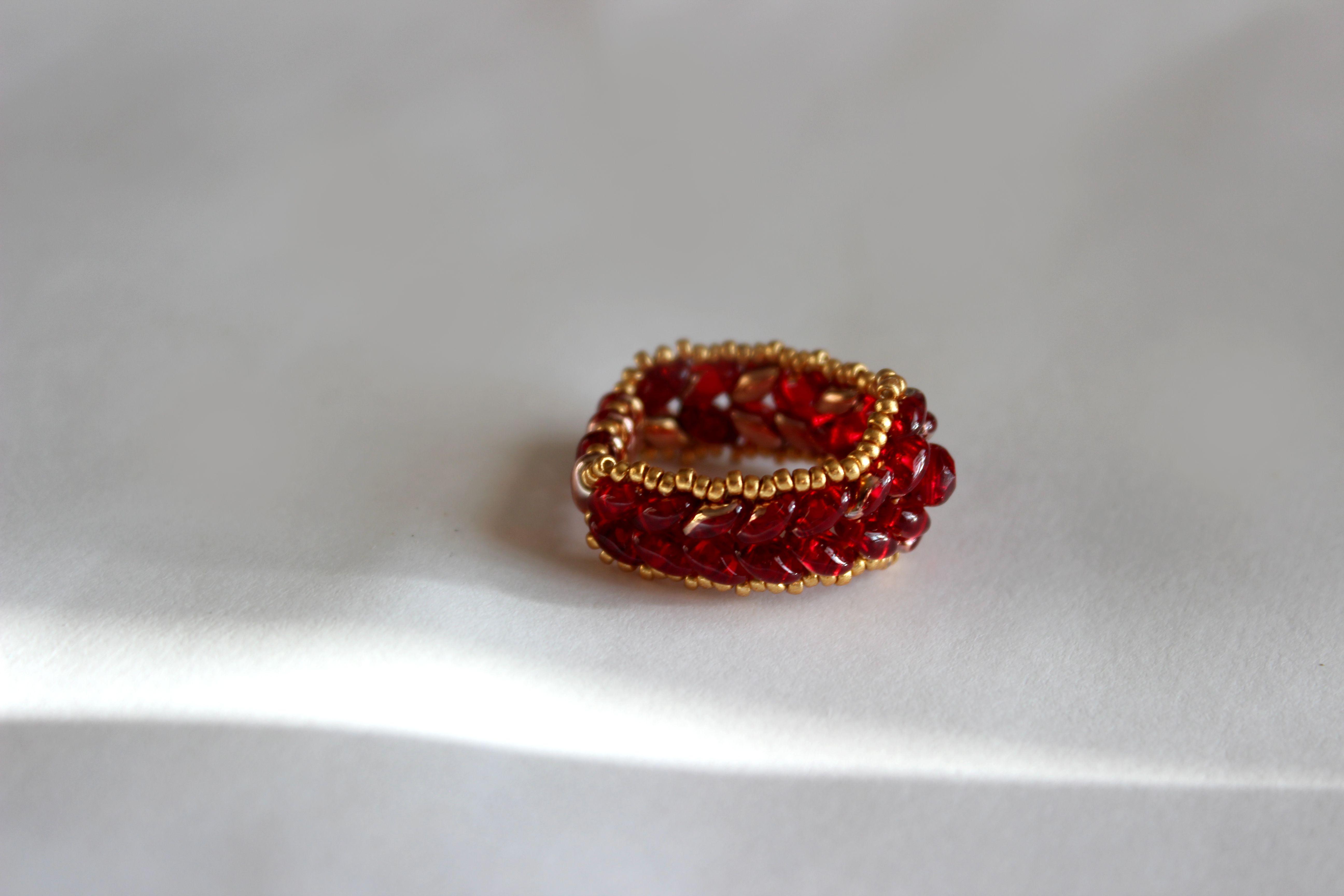 бижутерия украшения кольцо яркий красный бисероплетение супердуо золотой твин бисер