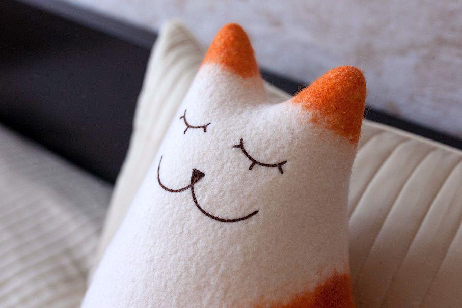 белый кошка войлочная мягкий интерьер подушка кот рыжий войлок спальня подарок