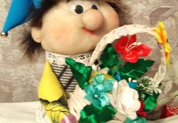 Гном с корзиной цветов