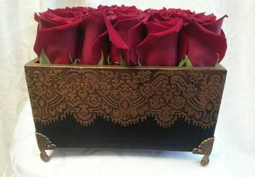 Шикарный букет из роз в эксклюзивном коробе ручной работы
