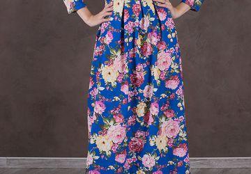 Женское платье длины макси из яркой джинсы.