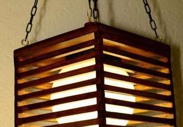 Светильник из дерева ручной работы.