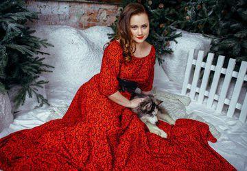 Длинное красное платье с приспущенными плечами