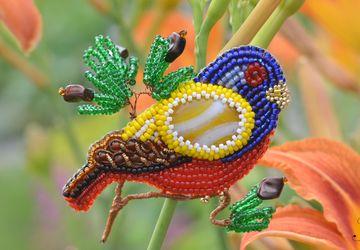 """Брошь -птица, вышитая бисером и канителью """"Разноцветная птичка"""""""
