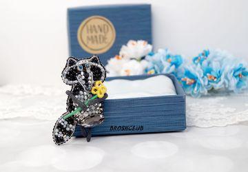 Брошь Енот с цветком вышитая бисером черная Brooch raccoon with flower