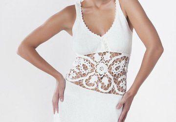 Белое шёлковое платье с кружевной вставкой.