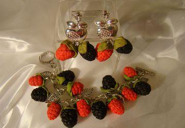 Комплект из браслета, серег и броши с ягодами черники и малины