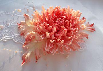 Брошь с хризантемой
