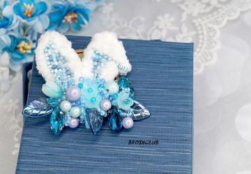 Брошь голубая вышитая бисером с элементами плетения Заячьи ушки