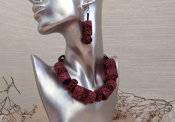 Красный комплект украшений  для женщины.