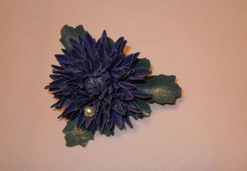 Брошь в форме хризантемы