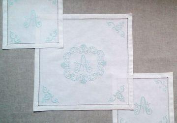 Комплект льняных салфеток с  ручной вышивкой монограммы