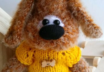 Песик в желтом свитере