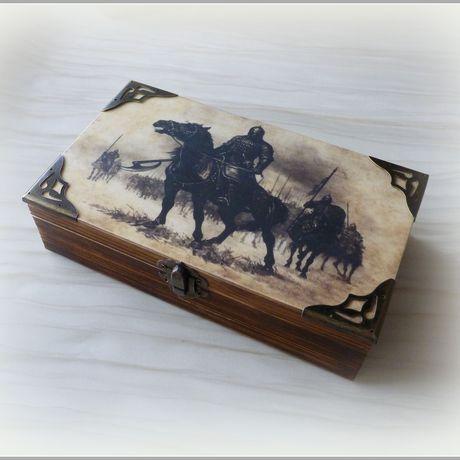 декупаж шкатулка коробка коричневый мужчине мужской купюрница купюрницадекупаж дляденег дляденежногоподарка купюрницакупить подарокврачу брутальный богатырь всадник воин рыцарь деревянная