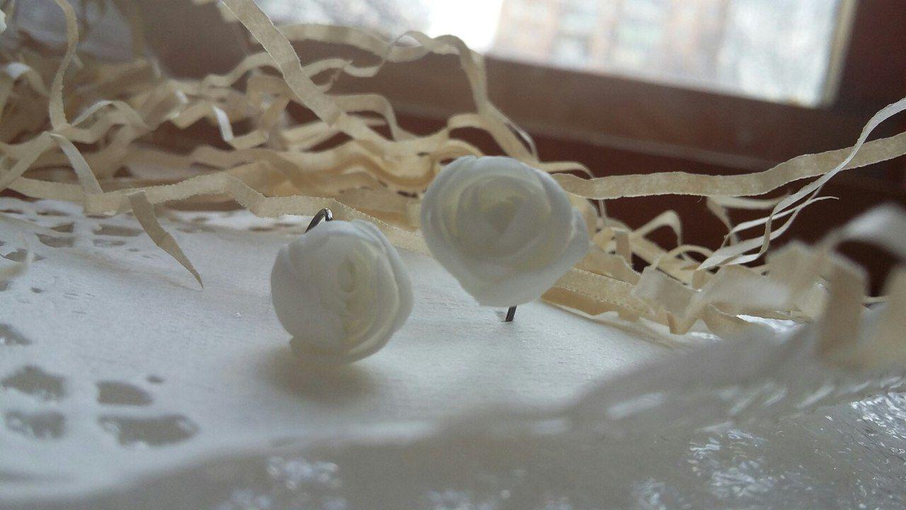 серьги маленькиесерёжки серьгисрозами цветныесерьги серьгицветы белыерозы украшения красивыесерьги нежныесерьги украшенияручнойработы