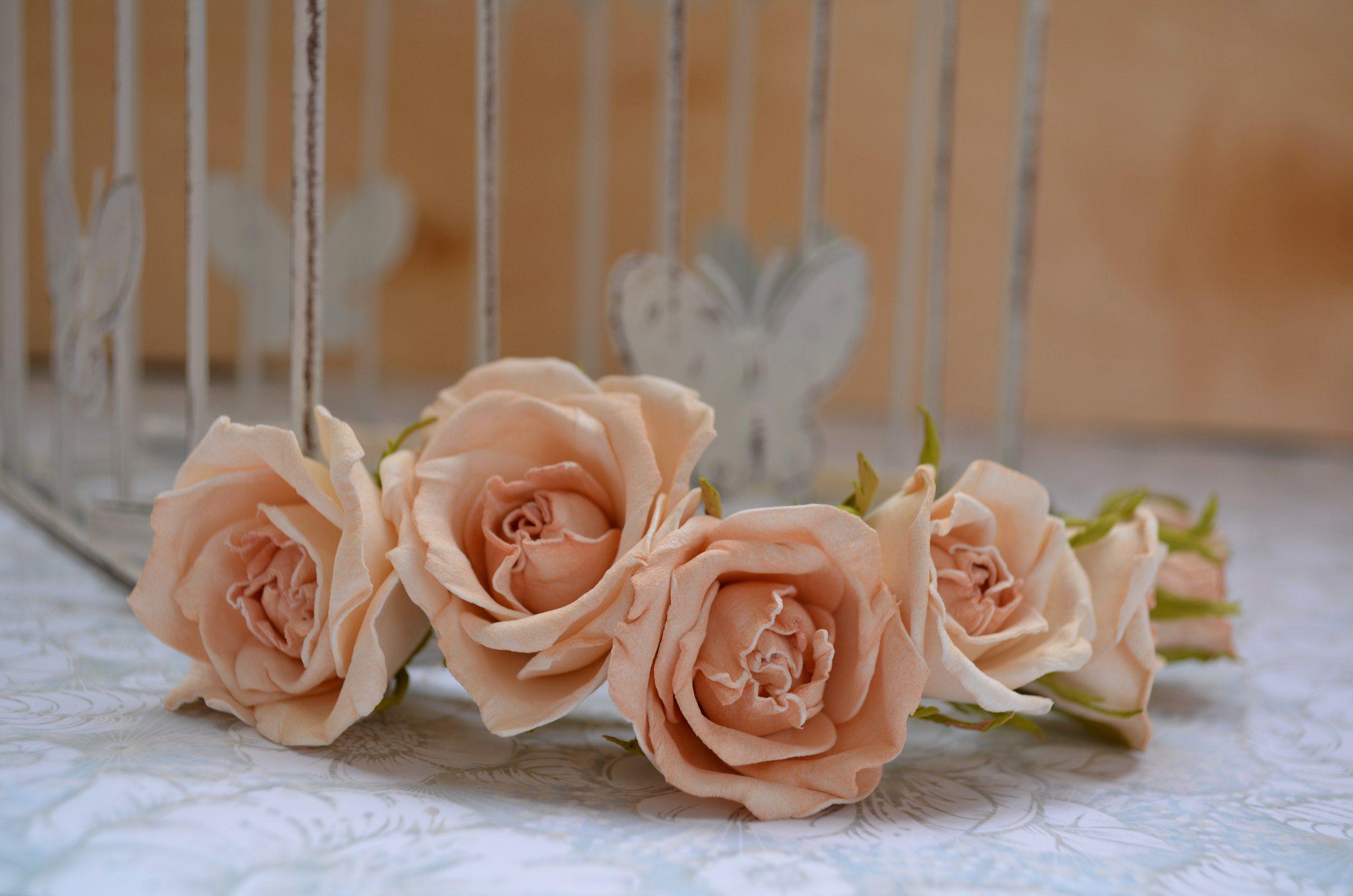 композиция стиль креатив фоамиран розы прическа. айвори цветы свадьба цветоделие