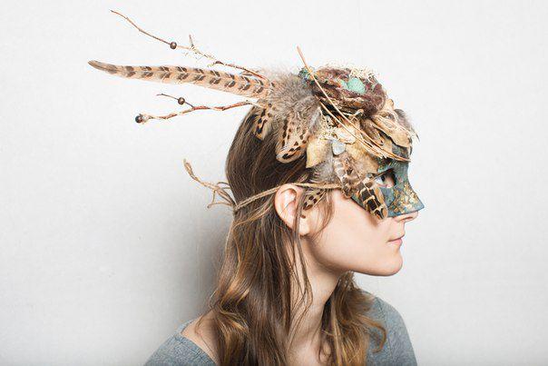 гнездо перья мхи природные материалы маска цветы