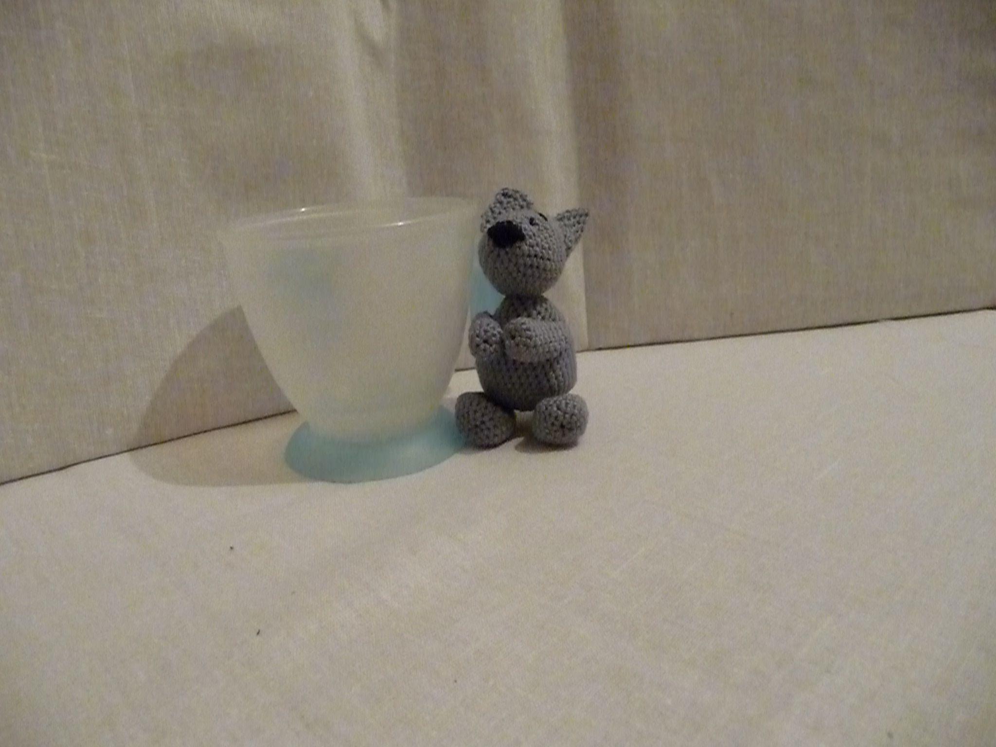 серый косой заяц игрушка